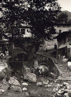 Paramythia, 1913 by Frederic Boissonnas Greece Photography, History Of Photography, Vintage Photography, Art Photography, Greece Pictures, Old Pictures, Old Photos, Vintage Photos, Magnified Images