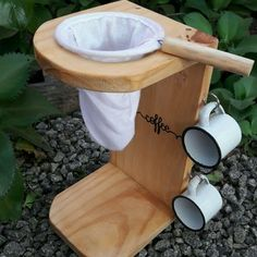 Coador de café - Pingadeira Mancebo Mariquinha no Diy Pallet Projects, Diy Craft Projects, Wood Projects, Woodworking Projects, I Love Coffee, Coffee Shop, Modern Square Coffee Table, Coffee Stands, Camping Coffee