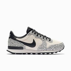 De iconische look van de Nike Internationalist Premium damesschoen is geïnspireerd door de klassieke Nike hardloopstijlen. Het gecombineerde bovenwerk heeft leren overlays voor langdurig comfort en een hoogwaardige afwerking voor dagelijks gebruik.