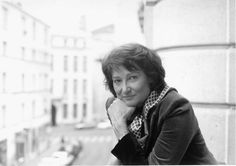 Sylviane Agacinski-Jospin (Francia, 4 de mayo de 1945) es una filósofa, feminista y escritora francesa de origen polaco, profesora de la École des Hautes Études en Sciences Sociales (EHESS) y esposa de Lionel Jospin, ex primer ministro de Francia.Fue discípula de Gilles Deleuze en la década de 1960 en Lyon y miembro de Greph (Groupe de Recherche sur l'Enseignement Philosophique) en los años 1970.