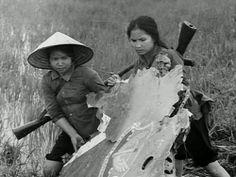 Viet Cong Women | Viet Women Gun | Two North Vietnamese peasant soldiers carry part of ...