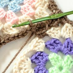 Joining Granny Squares With the Join As You Go (JAYGO) Method ... great tutorial with lots of photos. #crochet #granny #joining