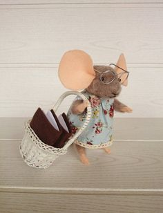 Needle felted mouse. Etsy en https://www.etsy.com/es/listing/206749189/pequena-ratoncita-de-lana-de-fieltro
