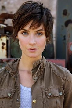 Super cute, but dont know that I can pull it off. The best of both worlds- longer layers, short hair