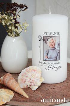 Mit dem Entzünden einer Trauerkerze zeigen wir, dass wir an einen verstorbenen Menschen denken und dass sein Lebenslicht in uns weiterleuchtet. Dafür kann man Grabkerzen mit vorgefertigten Motiven verwenden oder sich die Mühe machen und eine individuelle Gedenkkerze zu gestalten. Eine besondere Art der Trauerarbeit ist es auch, diese Kerzen nett zu dekorieren. In unserem Blog zeigen wir dir 2 Ideen, wie du eine personalisierte Trauerkerze liebevoll arrangieren kannst. Candle Jars, Candles, Best Memories, Outdoor, Filling Station, Keepsakes, Going Away, Wax, Birthdays