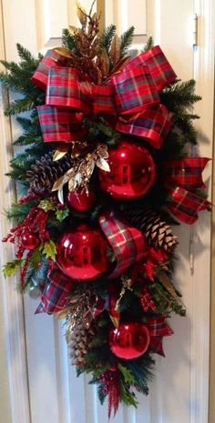 Christmas Door Decorations, Christmas Arrangements, Christmas Swags, Magical Christmas, Noel Christmas, Christmas Centerpieces, Holiday Wreaths, Rustic Christmas, Christmas Projects