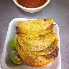 Tacos estilo Tlaquepaque. Tortilla de maiz con barbacoa de res a vapor con un poco de aceite. #tacos #EstoEsMexico