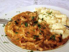 Orice as gati, see pare ca acest fel de mancare clasic, boeuf stroganoff, ramane preferatul fetei mele :). Si cum ultimele zile au fost racoroase, parca neapartinand de luna lui cuptor, m-am gandit sa ii fac odraslei mele o bucurie si sa o rasfat cu un bouef stroganoff ca la carte. Cate ceva despre acest […] Romanian Food, Romanian Recipes, Carne, Risotto, Nom Nom, Good Food, Cooking Recipes, Chicken, Meat
