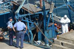 マルタ・バレッタ(Valletta)港で、多数の難民の遺体が発見された船を調べる警察官ら(2014年7月20日撮影)。(c)AFP/MATTHEW MIRABELLI ▼23Jul2014AFP|難民船内で140人虐殺か、男5人を拘束 イタリア http://www.afpbb.com/articles/-/3021242