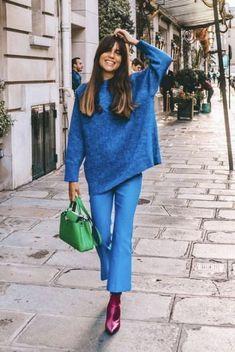 Tous les conseils et inspirations pour des tenues pleines de couleures ! #tenuefemme40ans #blogmodefemme40ans #tenuestylée #élégante #pantalonbleu #boots #pullbleu #sacvert
