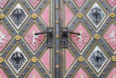 Geometría en la puerta de la Basílica de San Pedro y San Pablo en el Castillo de Praga.   Matemolivares