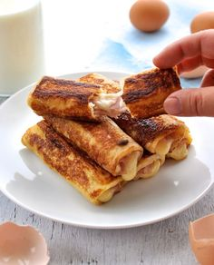 French toast you can eat with your hands and tastes like ham and cheese toasties. Easy, fast and can make ahead. #breakfast #brunch #roll up