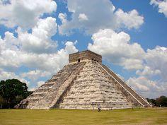 Chichen-Itza-Castillo-Seen-From-East - Civilização maia – Pirâmide de Kukulcán, em Chichén Itzá