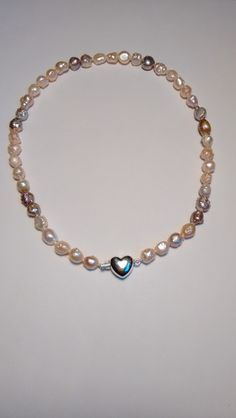 Parelcollier met zilveren hartjes sluiting. van Atelier925 op DaWanda.com