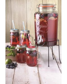 5 litre Kilner drinks dispenser and drinking jars set. Set included one Kilner drinks dispenser, four handled jars and one stand. Kilner Drinks Dispenser, Glass Dispenser, Fruit Drinks, Party Drinks, Food Platters, Food Dishes, Moonshine Cocktails, Steak Dinner Sides, Ideas Party