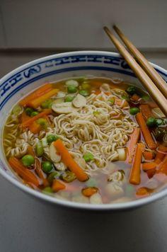 Mal ne etwas andere Suppe als die, die es sonst so bei uns gibt. Wir hatten noch ein paar Wurzeln und Frühlingszwiebeln da und so gab es letztens eine Asianudelsuppe. Was man braucht: 1,5 L Wasser …