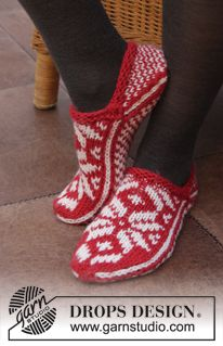 DROPS Christmas: Knitted DROPS slippers with Norwegian pattern in Nepal. Design socken Holly Jolly Steps pattern by DROPS design Knitting Patterns Free, Free Knitting, Free Pattern, Crochet Patterns, Drops Design, Knitted Booties, Knitted Slippers, Crochet Shoes, Knit Or Crochet
