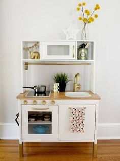 Sometimes kid sized play kitchens are more awesome than our own. Check out 30 kid kitchens that we want ASAP. Ikea Kids Kitchen, Pretend Kitchen, Diy Play Kitchen, Kitchen Reno, Gold Kitchen, Kitchen Remodeling, Play Kitchens, Hacks Cocina, Hacks Ikea