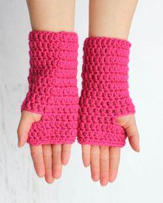 Fingerless Crochet Gloves - Repeat Crafter Me These crochet fingerless gloves are so simpl Crochet Fingerless Gloves Free Pattern, Gilet Crochet, Fingerless Mittens, Crochet Beanie, Knit Crochet, Crochet Chain, Crochet Granny, Easy Crochet, Free Crochet