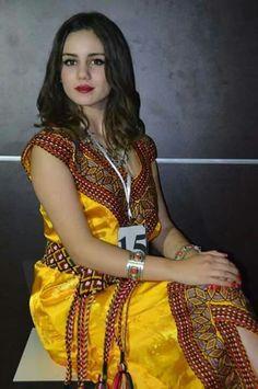 Robe kabyle Algérienne #algeriantraditionaldresses #Algérie #الجزائر #Algeria Country Look, Q Photo, Beautiful Dreadlocks, Arabian Beauty, Traditional Dresses, Bridal Hair, Sari, Womens Fashion, Style