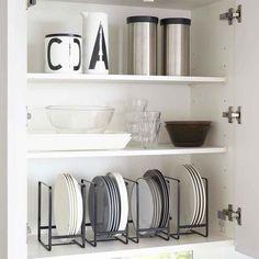 Vertical storage for large plates in black metal Kitchen Drawer Organization, Kitchen Storage, Home Organization, Organizing, Dish Storage, Cupboard Storage, Storage Rack, Tupperware, Plate Organizer