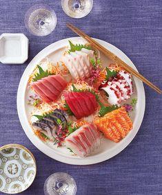 これさえ覚えておけば大丈夫!刺し身を〈きちんと〉美しく盛りつける簡単テクニック。【オレンジページ☆デイリー】料理レシピをはじめ、暮らしに役立つ記事をほぼ毎日配信します! Sushi Recipes, Raw Food Recipes, Asian Recipes, Cooking Recipes, Sushi Menu, Sushi Party, Japanese Food Sushi, Sashimi Sushi, Korean Dishes