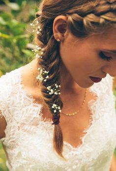 Malé kvítky do vlasů nevěsta