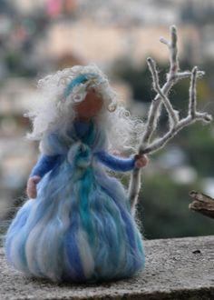 Needle felted Waldorf Winter maiden standing por darialvovsky