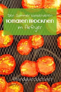 Dried tomatoes can be kept for a long time and add spice to many dishes! Easy and quick guide for th Canning Tomatoes, Dried Tomatoes, Tefal Actifry, Clean Eating, Healthy Eating, Vegan Recipes, Cooking Recipes, Party Buffet, Oven Cleaning