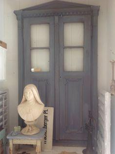 Oude bruine deuren geverfd in Old Violet en daarna licht doorgeschuurd
