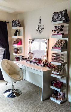The makeup room design matters. The better designed it is, the easier things get. Need inspiration? If you do, check out our 16 makeup room ideas here Dream Rooms, Dream Bedroom, Closet Bedroom, Bedroom Chest, Mirror Bedroom, Teen Bedroom, Bedroom Neutral, Girl Closet, Dream Closets