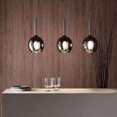 Betria III Arvokasta eleganssia: Betria-kolmiosainen riippuvalaisin luo kohtauksen kaikelle alla olevalle - ja peilipinnalla varustettujen lasivalaisimiensa ansiosta se leikkaa myös erinomaisen hahmon sisustusesineenä. Erityisen viihtyisän valaistuksen takaamiseksi suosittelemme Filament-sarjan hehkulamppua, jonka väri on lämmin valkoinen. Kitchen, Home, Corning Glass, Cooking, Kitchens, Ad Home, Homes, Cuisine, Haus