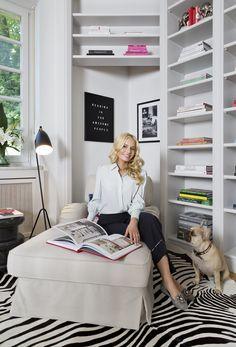 Delia Fischer, Gründerin von Westwing und Hündin Lola zeigen uns ihr neues Zuhause in München! Die großzügig geschnittenen Zimmer, die hohen Decken und der Altbau-Charme bilden die Basis dieser traumhafte Wohnung. Absolutes Highlight: eine eigene Bibliothek - der perfekte Ort um sich inspirieren zu lassen!