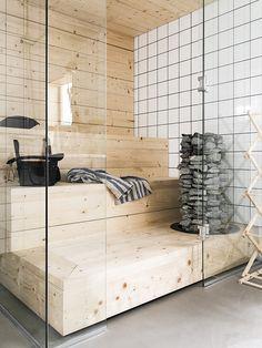 Sauna on rakennettu leveästä kuusilankusta. Rakka-kiukaan iso kivimäärä takaa hyvät löylyt. Kylpyhuoneen lattia on mikrosementtiä.