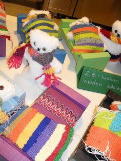 2-luokkalaisten koko vuoden käsityöprojekti: nalle ompelemalla, kaulaliina virkkaamalla (5 kiinteää silmukkaa; jos ei tullut riittävän pitkä, jatkopalan sai huovasta), peite kehyskudonnalla ja sänky puutöissä. Lisätyönä muutamat tekivät nallelle päähineen, hameen ja/tai sänkyyn patjan vohvelipujottelulla. · Crafts To Do, Crafts For Kids, Weaving, Children, School, Wood, Diy, 2nd Grade Class, Kids