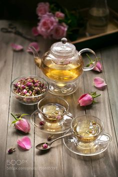 Close up image of traditional vegan herbal rose tea in glass cups on. - thé à la menthe - Tea Glasses Coffee Time, Tea Time, Coffee Coffee, Rosen Tee, Tee Kunst, Simply Yummy, Café Chocolate, Flower Tea, Tea Art