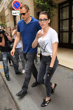 Kristen Stewart Rocks Specs After Chanel Fashion Show!: Photo Kristen Stewart wears a pair of chic eyeglasses as she leaves her hotel on Tuesday (July in Paris, France. Celebrity Shoes, Celebrity Style, Chanel Fashion Show, Old Actress, Celebs, Celebrities, Kristen Stewart, Hipster, Sporty