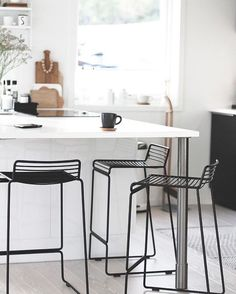 Classy Kitchen Bar Stools Addition to Your Kitchen - Home to Z Home Decor Kitchen, Kitchen Interior, New Kitchen, Black Kitchens, Cool Kitchens, Kitchen Black, White Bar Stools, White Chairs, Chaise Bar