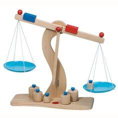 Drewniana waga szalkowa dla dzieci