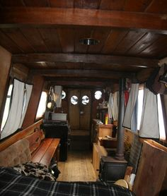 Houseboat Interiors Ideas - The Urban Interior Living On A Boat, Tiny Living, Living Spaces, Canal Boat Interior, Yacht Interior, Narrowboat Interiors, Houseboat Living, Houseboat Ideas, Floating House