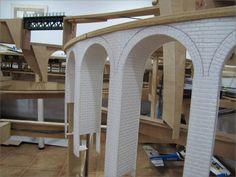 Creación de varios puentes   Necesitaba construir un viaducto en curva imitando piedra. Podía hacerlo en madera y forrarlo con planchas comerciales, pero d
