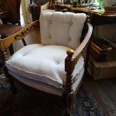 Houten fauteuille met creme kleurige bekleding