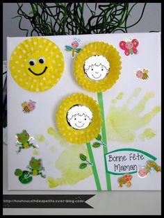 - Pour la maman de bébé 12 mois, nounou a fait un tableau avec empreinte de main, le soleil avec 3 caissettes l'une sur l'autre pour plus d'épaisseur et un rond découpé à la perfo grand modèle + deux yeux mobiles + un morceau de ficelle pour le sourire...