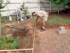 Experts demonstrate the process of building a sturdy retaining wall with self-stacking concrete blocks. Boulder Retaining Wall, Backyard Retaining Walls, Retaining Wall Design, Building A Retaining Wall, Garden Retaining Wall, Backyard Landscaping, Backyard Ideas, Concrete Blocks, Concrete Patio
