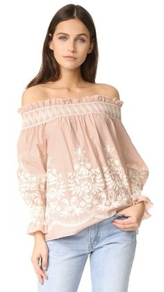 ¡Consigue este tipo de top hombros descubiertos de ENGLISH FACTORY ahora! Haz clic para ver los detalles. Envíos gratis a toda España. ENGLISH FACTORY Embroidered Off Shoulder Top: Chain-stitch embroidery complements the bohemian feel of this ENGLISH FACTORY blouse. Smocked elastic cinches the off-shoulder neckline. Long sleeves with elastic cuffs. Fabric: Shirting. 100% cotton. Hand wash. Imported, China. Measurements Length: 20.75in / 53cm, from center back Measurements from size S (top…