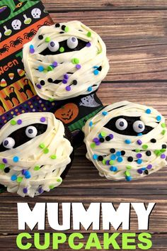 These Mummy Cupcakes are a fun and spooky Halloween treat that kids will love. Perfect for serving at a Halloween party! These Mummy Cupcakes are a fun and spooky Halloween treat that kids will love. Perfect for serving at a Halloween party! Halloween Desserts, Halloween Cupcakes Decoration, Halloween Cupcakes Easy, Hallowen Food, Halloween Treats For Kids, Holiday Treats, Essen Halloween Party, Halloween Torte, Pasteles Halloween