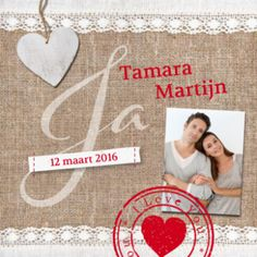 Stoere trouwkaart op canvas achtergrond met boven en onder een strook kant. Hartje van hout, rode stempel met I Love You, eigen foto en stoffen label met trouwdatum.