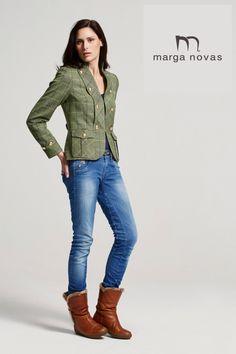 ara completar tus looks más casual te proponemos esta chaqueta en tono verde y suaves cuadros que resalta su solapa y bolsillos sobrepuestos con botones dorados.