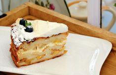 Tvarohová žemľovka s jablkami, rebarborou a bielkovou penou - recept   Varecha.sk Cheesecake, Treats, Sweet, Desserts, Food, Sweet Like Candy, Candy, Tailgate Desserts, Goodies