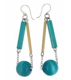 Boucles d'oreilles en bois de teinte bleue, de AARIKKA. L'équilibre de son design remarquable ! www.sphere-bien-etre.fr